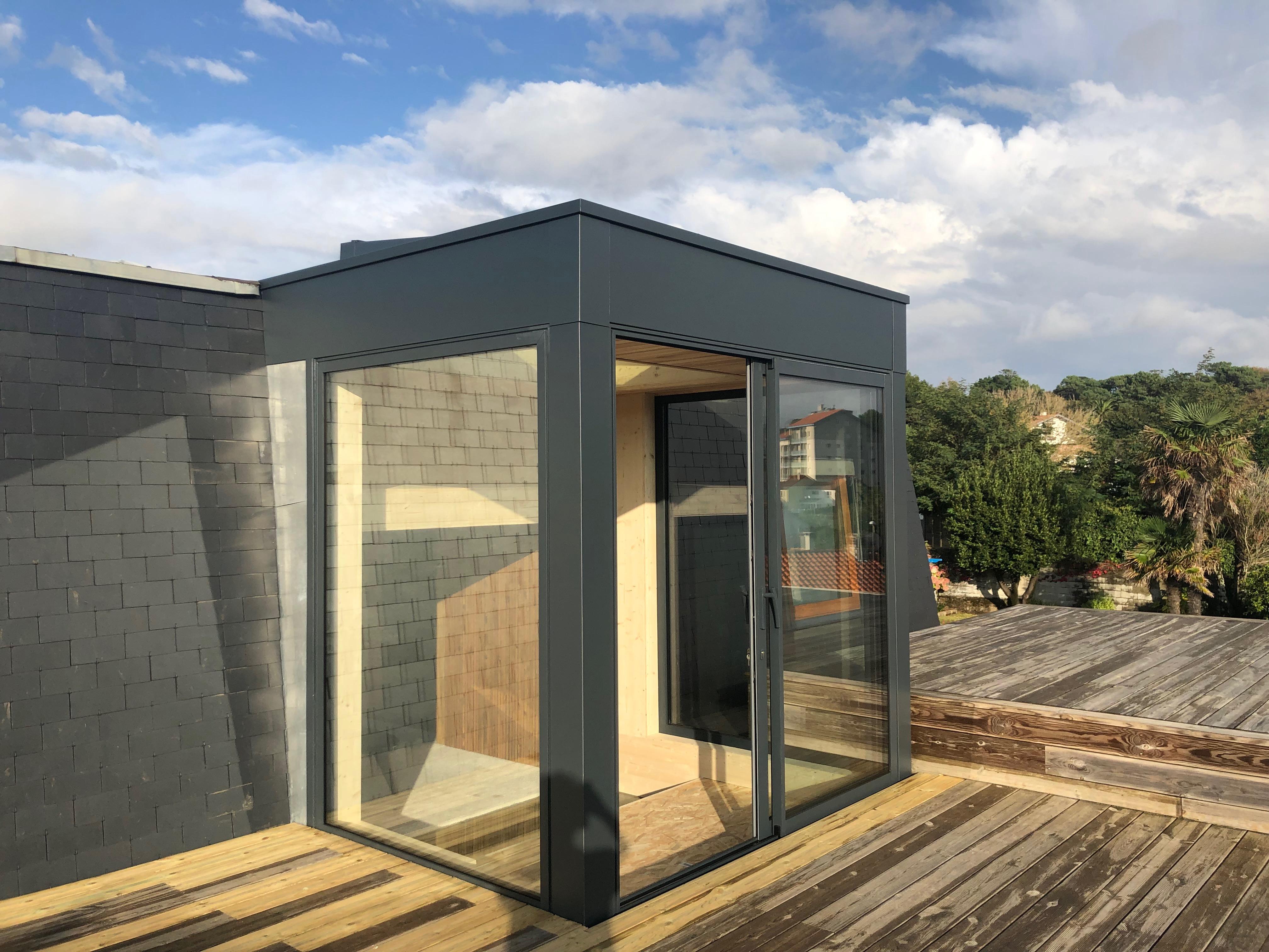Claustra Bois Lames Orientables triple-pergola sur terrasse et véranda sur toit : deux