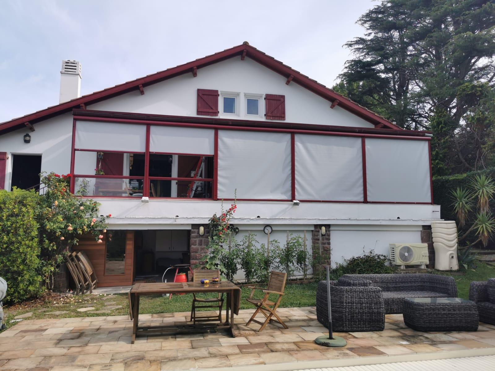 Exemple à Bidart (64) de pose de store screen extérieur de la marque Bandalux par Ty Bask, spécialiste de la fermeture de l'habitat sur la côte basque et le sud des landes