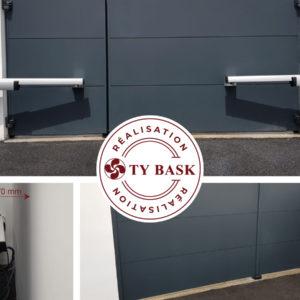 Exemple de réalisation Ty Bask : pose d'un portail et d'un portillon de la gamme Klavel de Cadiou. Accompagnement sur-mesure pour la motorisation de faible encombrement.